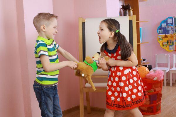 Πρέπει να πειθαρχώ ένα παιδί που επιτίθεται στο δικό μου; | imommy.gr