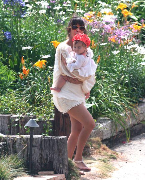 Αποκλειστικό: Η Κόρτνεϊ Καρντάσιαν θηλάζει την κόρη της στην παραλία | imommy.gr