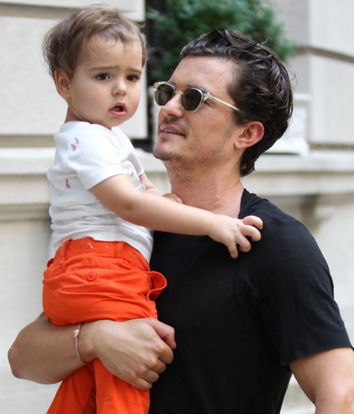 Ο Ορλάντο Μπλουμ αγκαλιά με το γιο του στους δρόμους της Νέας Υόρκης | imommy.gr