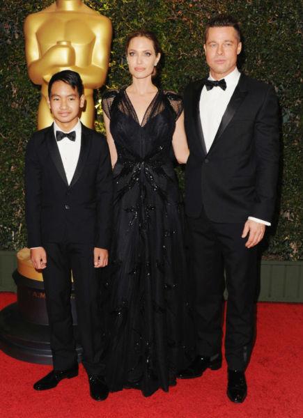 Η Αντζελίνα Τζολί στο κόκκινο χαλί με τον άντρα της και το μεγάλο τους γιο | imommy.gr