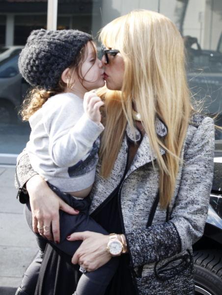 Τα τρυφερά φιλάκια των διάσημων μαμάδων! | imommy.gr
