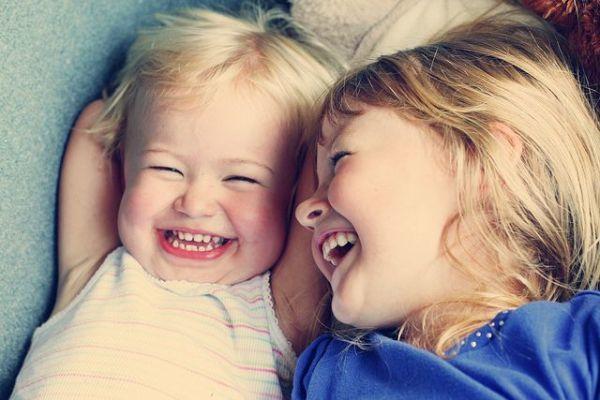 Έρευνα: Το γέλιο βελτιώνει την ικανότητα μάθησης του παιδιού και τη μακρόχρονη μνήμη του. | imommy.gr