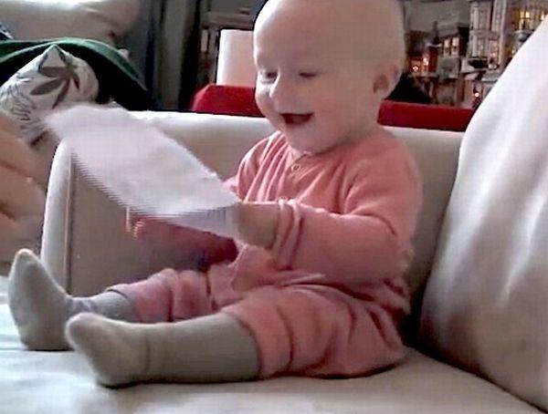Βίντεο: Μωρό που ξεκαρδίζεται όταν σκίζει χαρτί | imommy.gr