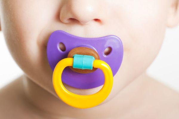 Εσείς καθαρίζετε την πιπίλα του μωρού σας με το στόμα σας; | imommy.gr