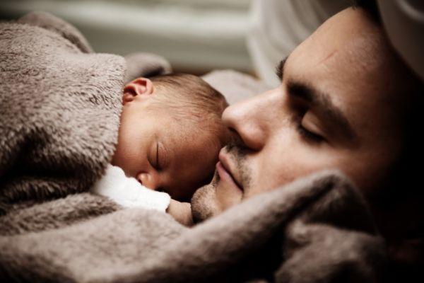 Από τι κινδυνεύουν τα παιδιά που κοιμούνται στο ίδιο κρεβάτι με τους γονείς τους; | imommy.gr