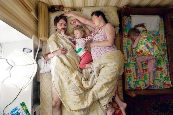 Εικόνες: Πώς κοιμούνται τα ζευγάρια σε… ενδιαφέρουσα; | imommy.gr