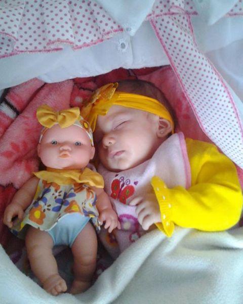 Φωτογραφίες παιδιών που μοιάζουν σαν δίδυμα με τις κούκλες τους | imommy.gr