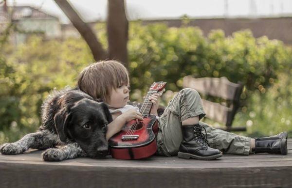 Φωτογραφίες: Ο ισχυρός δεσμός ενός μικρού αγοριού με τους σκύλους του | imommy.gr