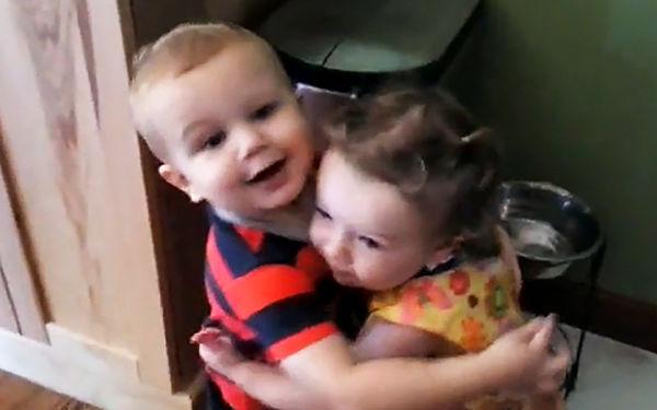 Βίντεο:  Η αντίδραση ενός μπόμπιρα που αγκαλιάζει για πρώτη φορά το κορίτσι του | imommy.gr