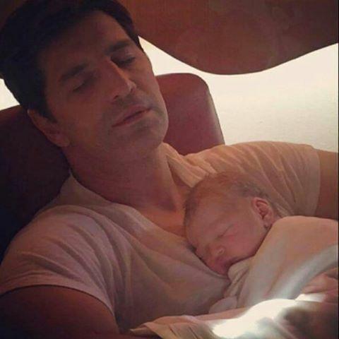O Σάκης Ρουβάς αγκαλιά με το νεογέννητο γιό του! | imommy.gr
