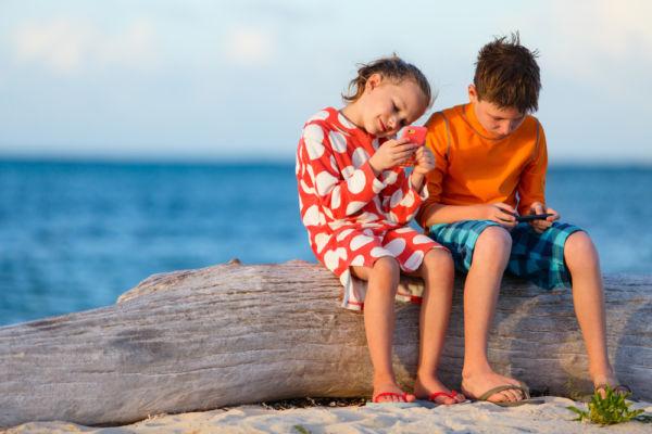 Τα παιδιά χειρίζονται το κινητό καλύτερα από το πιρούνι | imommy.gr