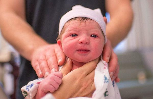 Συγκλονιστικό: Μαμά φωτογραφίζει τη γέννηση της κόρης της! | imommy.gr
