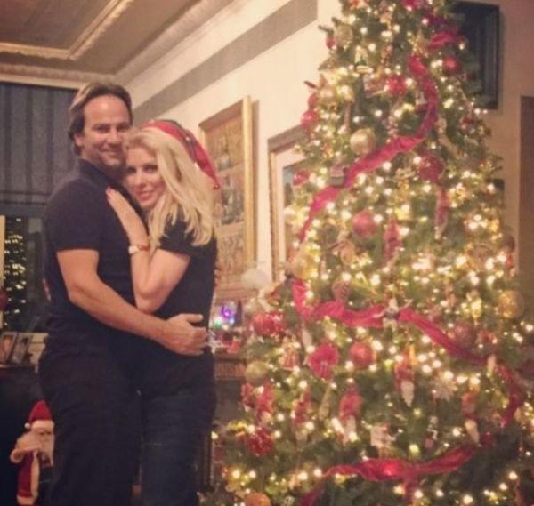 Η Ελένη Μενεγάκη αγκαλιά με τον Ματέο μπροστά στο χριστουγεννιάτικο δέντρο   imommy.gr