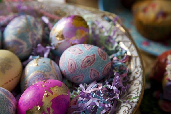 DIY: Βάψτε πολύχρωμα Πασχαλινά αυγά με μεταξωτά υφάσματα | imommy.gr