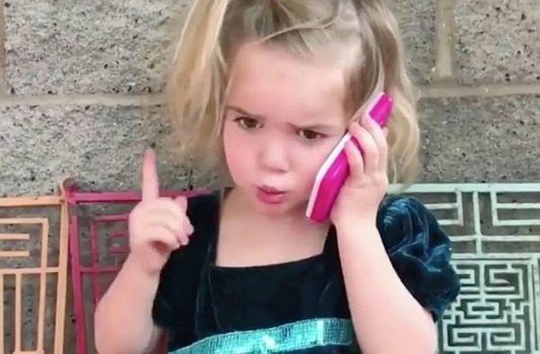 Βίντεο: Πως κατσαδιάζει μια πιτσιρίκα το αγόρι της από το τηλέφωνο | imommy.gr