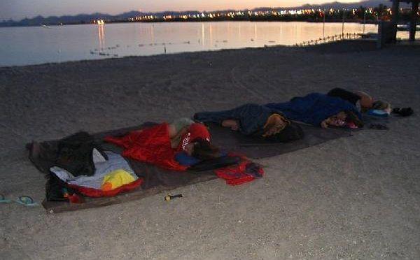 Εικόνα ντροπής: Aναπληρωτές καθηγητές και δάσκαλοι κοιμήθηκαν σε sleeping bag στην παραλία | imommy.gr
