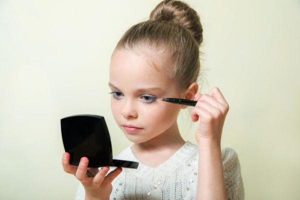 Πόσο επικίνδυνα είναι τα  προϊόντα παιδικού μακιγιάζ, που χρησιμοποιεί η κόρη σας; | imommy.gr
