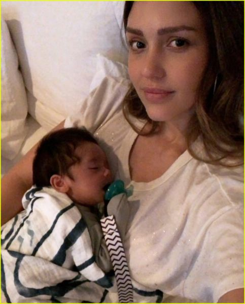 Η Τζέσικα Άλμπα θηλάζει το γιο της… παντού! | imommy.gr
