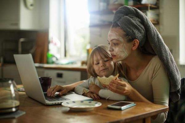 Η μητρότητα απασχολεί τις μαμάδες 14 ώρες τις ημέρα | imommy.gr