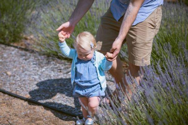 Πώς θα βοηθήσετε το παιδί σας να περπατήσει | imommy.gr