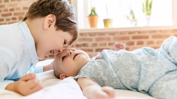 Πώς θα προετοιμάσεις το παιδί αν περιμένει αδερφάκι | imommy.gr