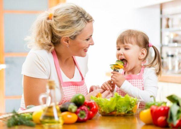 Δέκα βασικές οδηγίες για να μάθετε τα παιδιά σας να τρώνε σωστά | imommy.gr