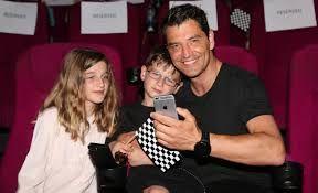 Ο Σάκης Ρουβάς στον κινηματογράφο με τα παιδιά του | imommy.gr