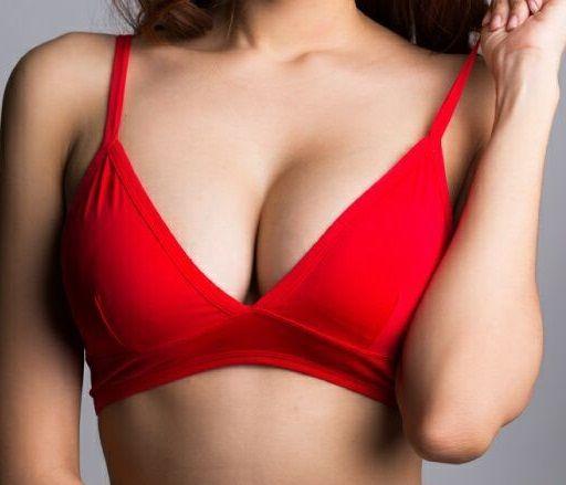 Ανορθώστε το στήθος σας φυσικά με τέσσερις κινήσεις | imommy.gr