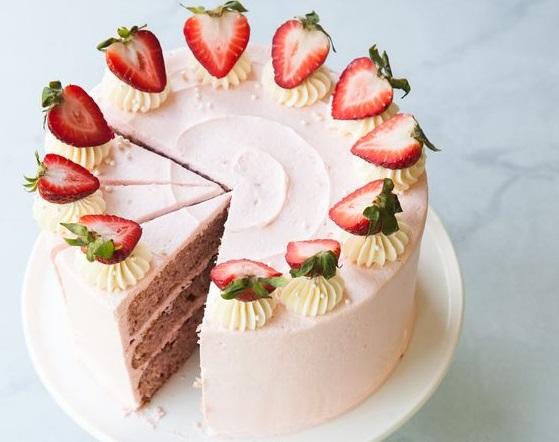 Κέικ με φρέσκες φράουλες και γιαούρτι | imommy.gr