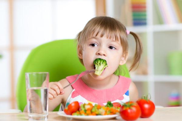 Τι πρέπει να τρώνε σε γενικές γραμμές τα νήπια 1-3 ετών | imommy.gr