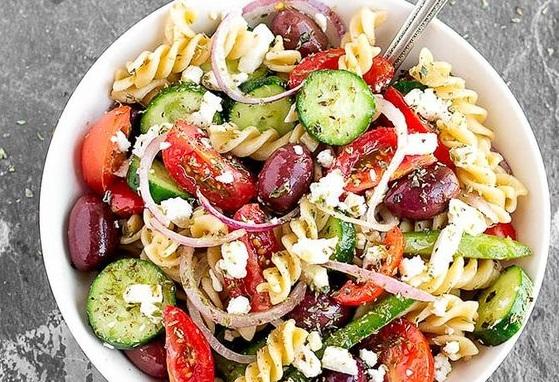 Χωριάτικη σαλάτα με ζυμαρικά | imommy.gr