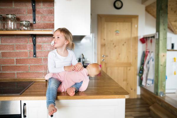 Τα παιδιά που κρατούν μια κούκλα στην αριστερή πλευρά έχουν υψηλές κοινωνικές δεξιότητες | imommy.gr