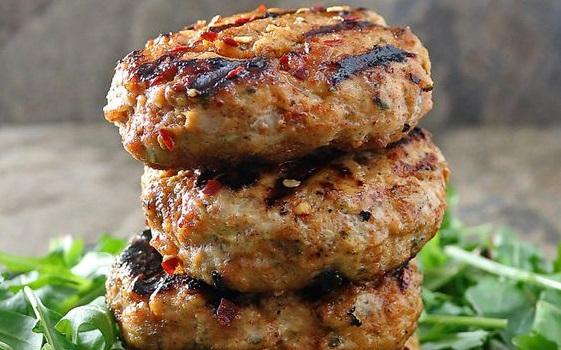 Μπιφτέκια κοτόπουλου με σουμάκ και πατατοσαλάτα | imommy.gr