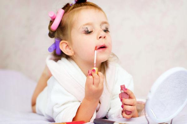 Είναι φυσιολογικό που η κόρη μου παθαίνει εμμονή με τα καλλυντικά; | imommy.gr