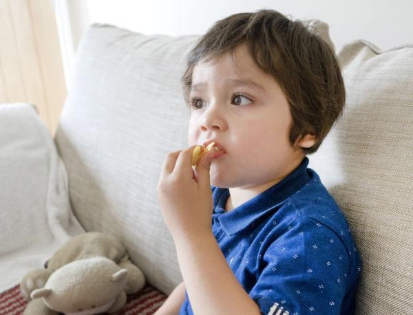 Πώς θα καταλάβετε ότι το παιδί τρώει πολύ αλάτι | imommy.gr