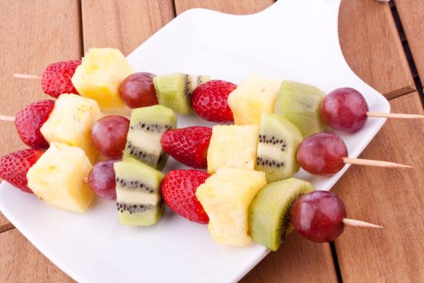 Χρωματιστά σουβλάκια φρούτων | imommy.gr