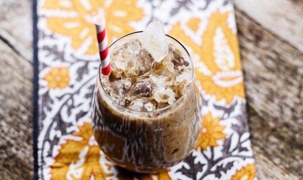 Παγωμένος εσπρέσο με σιρόπι σοκολάτας | imommy.gr