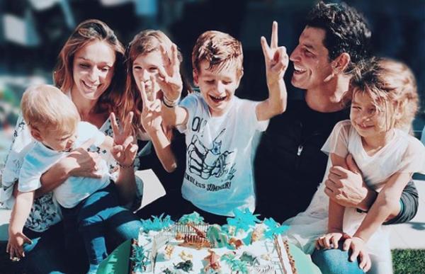 Η οικογενειακή φωτογραφία του Σάκη Ρουβά | imommy.gr