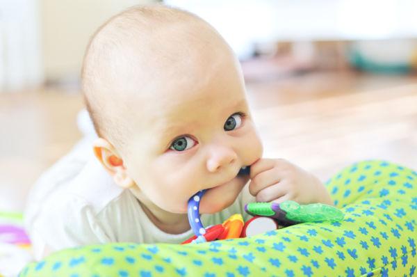 Πώς να απαλύνετε τον πόνο του μωρού όταν βγάζει δόντια | imommy.gr
