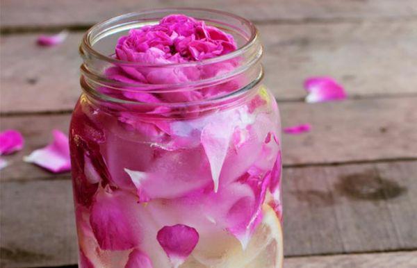 Φτιάξτε μόνη σας ενυδατικό σπρέι προσώπου με ροδόνερο | imommy.gr