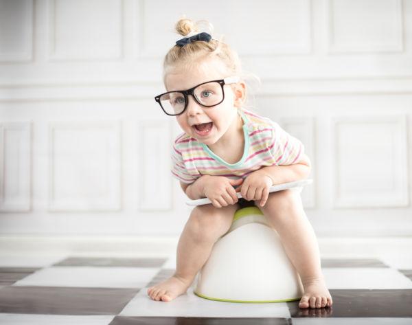 Είναι φυσιολογικό που το νήπιο αρνείται να κάνει κακά στην τουαλέτα; | imommy.gr