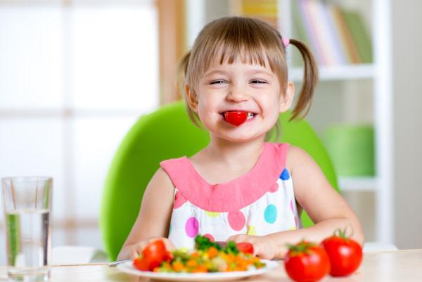 Όταν το παιδί παίζει με το φαγητό του | imommy.gr