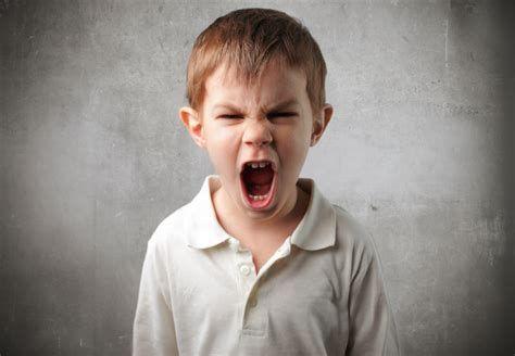 Γιατί τα παιδιά χτυπούν το κεφάλι μόνα τους και τι να κάνετε | imommy.gr