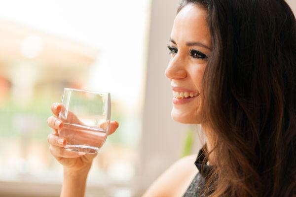 Τρεις λόγοι που πρέπει να πίνετε ένα ποτήρι νερό πριν από κάθε σας γεύμα | imommy.gr