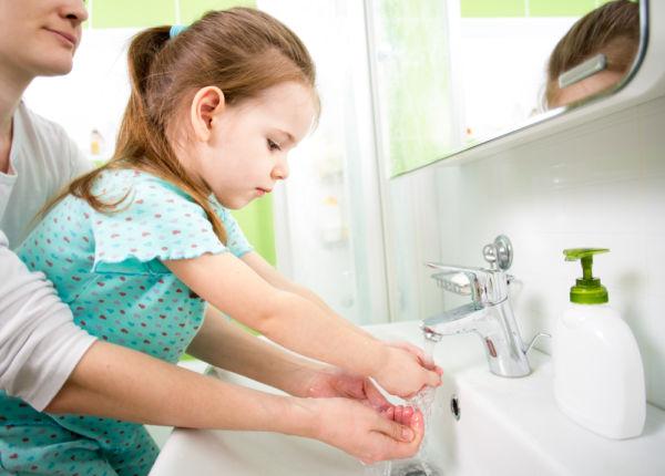 Πρέπει να πλένουμε τα χέρια πριν κρατήσουμε ένα νεογέννητο; | imommy.gr