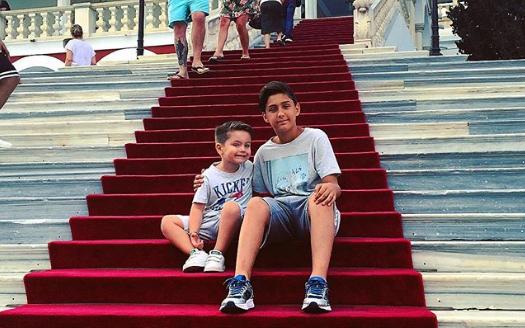 Αγγελική Ηλιάδη: Με τους γιους της στην Παναγία της Τήνου | imommy.gr