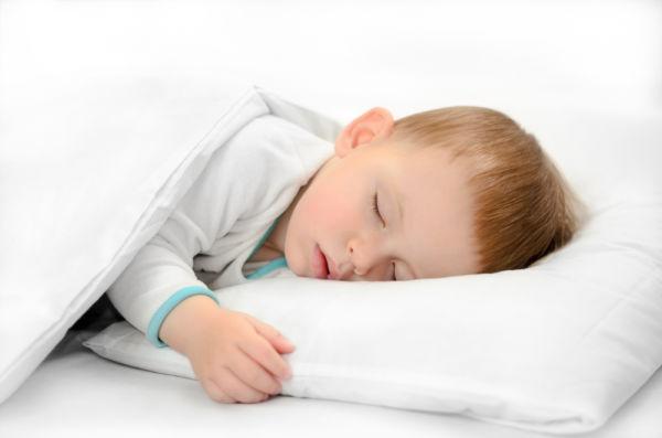 Πότε μπορεί να κοιμηθεί το παιδί με μαξιλάρι; | imommy.gr