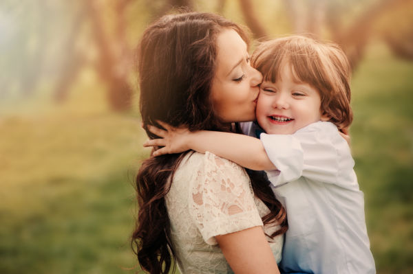 Οι ενδείξεις σε κάθε χρονική φάση που λένε ότι παιδί σας αγαπάει | imommy.gr