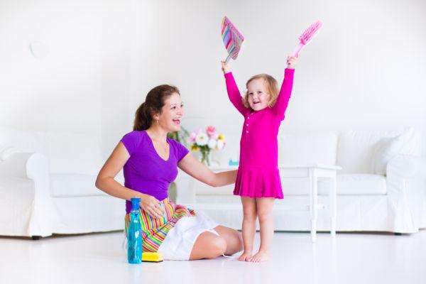 Συνδυάστε ξεσκόνισμα και παιχνίδι με το νήπιο | imommy.gr