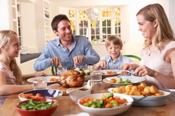 Απλά tips για να κάνετε το οικογενειακό γεύμα πιο ευχάριστο | imommy.gr